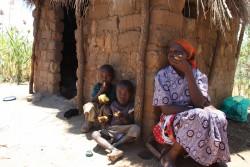 Huisjes Peter, oma en kleinkinderen Mithini Ithanga