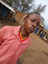Anthony, wachtend op de matatu in Donyo Sabuk, Kenia