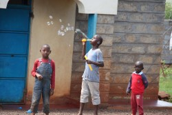 Thika Madaraka, Watoto Wenye Nguvu, bellenblazen