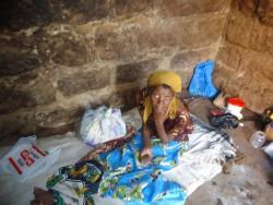 De oude situatie, Rose op haar 'bed', Ndulya, Kenya