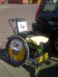 De rolstoel voor Felix is klaar voor vertrek, voorzien van stickers