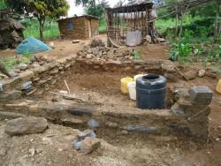 De bouw is begonnen in Baringo, op de achtergrond het huisje van oma en de 'keuken'