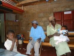 Kilimambogo, Community of Hope, Doughlas en zijn ouders op bezoek bij Mary