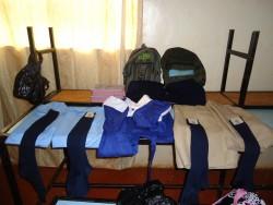 De schooluniformen en -spullen voor Samuel en Mary, Gatanga Furaha Children's Centre