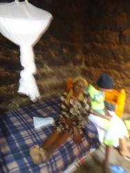 Hellen op het nieuwe bed voor haar en haar moeder Catherine, Baringo, Kenya