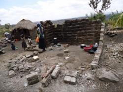 De puinhopen van wat eens een hutje was, Baringo, Kenia