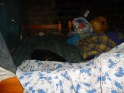 Baringo, het stapelbed staat gedemonteerd in de keuken, hier slapen ze met z'n zessen nu.