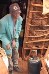 De oude Waweru, lopen wordt moeilijker en hij is zichtbaar ouder geworden, Gatanga