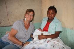 Kraamvisite en controle bij Grace en haar baby, Ndulya, Kenia