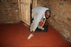 De afwerking van de vloer in Catherine's huis, Baringo, Kenia