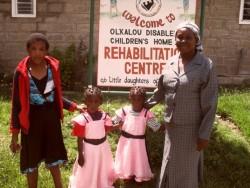 Moeder met dochter Anastaccia en tweeling Faith en Mercy voor de kliniek in Ol Kalou, Kenia