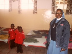De tweeling Faith en Mercy met de zuster van de kliniek in Ol Kalou
