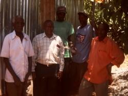 De oude Waweru (l), de chief en daarachter van links naar rechts de drie fundi, Gatanga