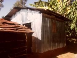 Waweru, Gatanga, het nieuwe huis vanaf de buitenkeuken gezien