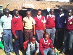 De negen kinderen uit Korogocho uit het schoolonderwijsprogramma