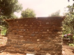 Een deel van de gerestaureerde muur, het huis blijft instortingsgevaar houden