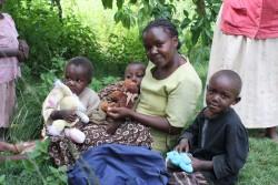 Paul op schoot bij zijn moeder, zijn broertje en zusje en oma, Ndulya, Kenya, Circle4life/DISC