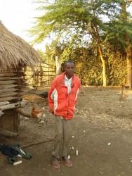 Alfonce bij zijn huis in Nzambani, Kenia. Herstellend van de darmperforatie en fistel. Hij kan weer rechtop staan!