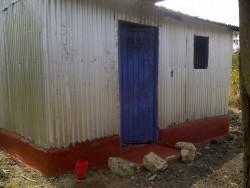 Nieuwe huis Esther Mbithe, twee kamers, sponsoring door Circle4life i.s.m. Disc Initiatives en lokale fundi