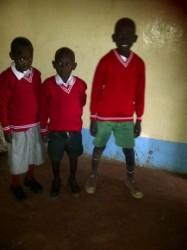 De drie oudste kinderen van Joseph Elim, klaar voor school in hun nieuwe uniform