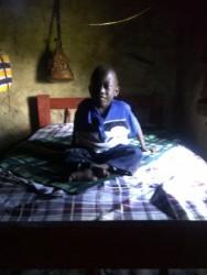 Felix op zijn op maat gemaakt bed, handicap, verzorging door moeder, Donyo Sabuk