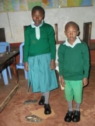 Elizabeth en Zakies in hun nieuwe schooluniform, Donyo Sabuk, Kenia