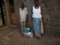 Alfonce, Nzambani, Kenia met zijn moeder