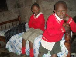 Grace en Boniface op het nieuwe bed, Donyo Sabuk, Kenia