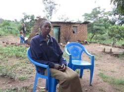 Een trieste, zieke moeder die niet weet hoe ze haar gezin kan onderhouden, gebrek aan alles