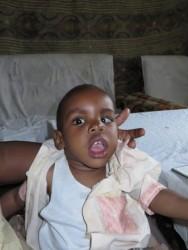 Joshua, bijna drie jaar oud, gehandicapt geraakt na een verwaarloosde geelzucht vlak na zijn geboorte, geldgebrek om hem te behandelen