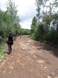De modderige weg naar Uamani, Machakos County, Kenia