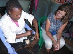 Grace op de kappersopleiding, invlechten van kunsthaar, Kyeleni, Kenya