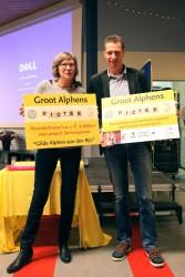 Gerard van Gemert, ambassadeur Circle4life, neemt cheque in ontvangst na het Groot Alphens Dictee, sponsoractiviteit, family empowerment Kenia
