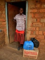 Begin dit jaar was Patricia meer dood dan levend. Patricia heeft AIDS en krijgt hulp via stichting Circle4life. Wij sponsoren haar de voedingsmiddelen, vitamines en medische zorg en op 26 juni heeft maatschappelijk werkster Margarete Njeri haar opgezocht. Wat een vechter... in zes maanden tijd is ze van 22 kg naar 35 kg gegaan en heeft ze haar oude levenslust weer een beetje terug, ze lacht weer en gaat ervoor. Ook haar kinderen ziet ze weer regelmatig. Wij blijven haar helpen en hopen dat bij de volgende c