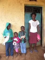 Charles, Mary, Moses en mama Anna uit Maendeleo, speech therapy, crisis aid, family empowerment, Circle4life Kenya
