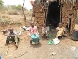 Onesmus, een jongen van dertien met een handicap in moeilijk begaanbaar ruraal gebied, Uamani, Kenia