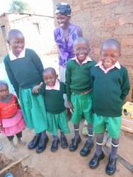 Vier blije kinderen, moeder Serah is maar wat trotst dat haar kinderen voor het eerst in hun leventje naar school kunnen!