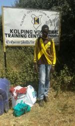 Jozephat voor de ingang van Kolping training Centre, Makutano, Kenia, Onderwijs, Circle4life, Kenia