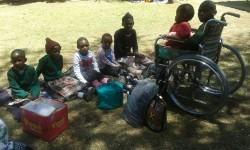 Lunchen met z'n allen op de familie dag bij revalidatiecentrum Ol Kalou, het gezin van Onesmus en het gezin van tweeling Faith en Mercy, medical care, Circle4life Kenya