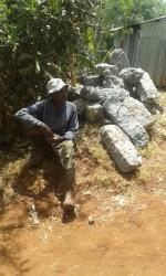 Waweru (83) wil graag helpen. Laarzen aan en wachten tot het mag van de fundi, home construction, family empowerment, Circle4life Kenya