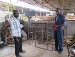 Kevin en leraar bij Kolping Vocational Training Centre, welding, Kiandutu, Circle4life Kenia