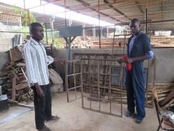 Kevin en leraar bij Kolping Vocational Training Centre, welding, Kiandutu, Circle4life Kenia