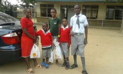 Susan, Joseph, vriendje, Stephen en Mike Tyson bij Machakos School for the deaf, start schoolvakantie augustus