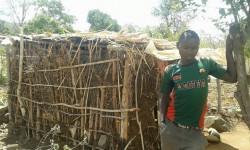 Kennedy Musila, Baringo, Kenya, voor zijn oude hutje, family empowerment, education, Circle4life