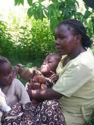 Esther en Paul, haar spastische zoon die wij in mei 2013 in mensonterende omstandigheden aantroffen in Ndulya, Kenia