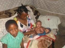 Grace, baby Ellen en Teresia nog in het oude huisje van hun zus/tante in Ndulya