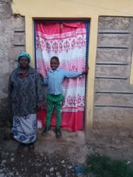 De moeder van Loise met een van haar kleinkinderen