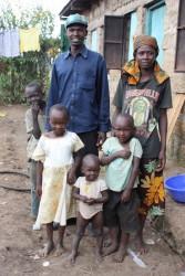 Joseph, Eunice en hun vier kinderen voor het huisje
