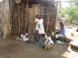 De kinderen van Francisca voor hun hutje, Baringo, Kenia