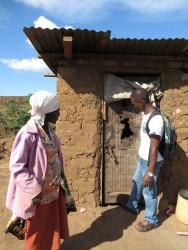 Crisis aid, Makutano, Kenia, oma Beatrice, veldwerker Victor Muasya